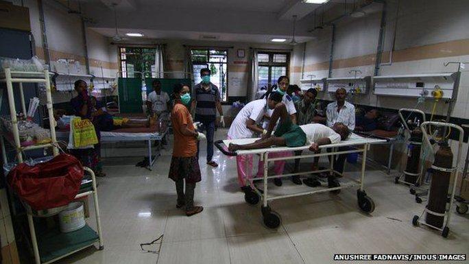 Những nạn nhân ngô độc rượu giả vẫn đang được điều trị tại bệnh viện