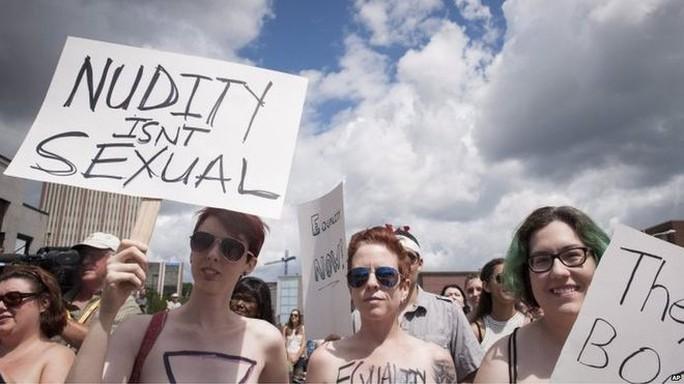 Diễu hành ủng hộ ba người phụ nữ bị cảnh sát chặn lại vì để ngực trần. Ảnh: AP