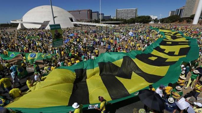 """Nhiều người hô vang khẩu hiệu """"bà Dilma từ chức"""". Ảnh: AP"""