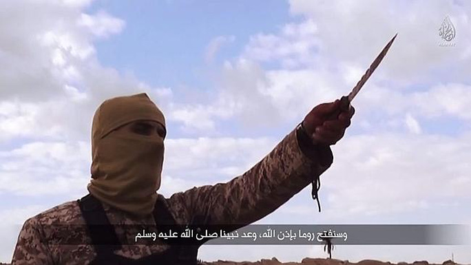 Một tay súng đe dọa trong đoạn video. Ảnh: News.com.au