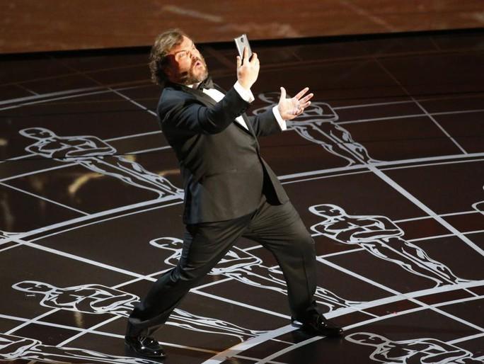 Jack Black tự sướng trên sân khấu Lễ trao Giải Oscar 2015