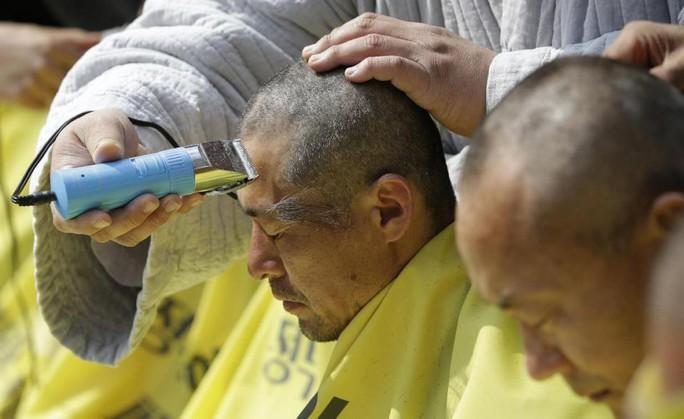 Người thân các nạn nhân phà Sewol cạo đầu. Ảnh: AP