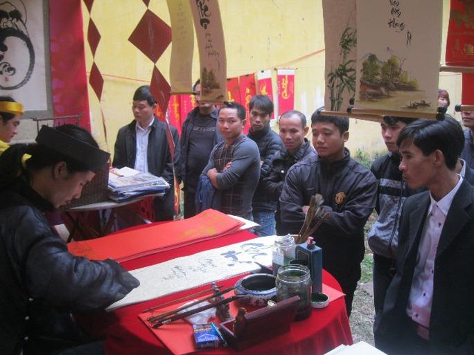 Tại lễ hội Lim, có những câu lạc bộ thư pháp và thơ rất đông người dân đến xin chữ