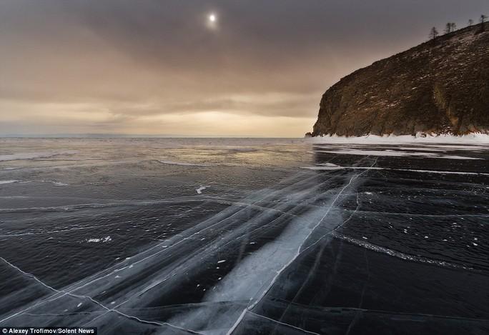 Nhiếp ảnh gia 44 tuổi cho biết lớp băng trên hồ trong tới mức ông có thể thấy làn nước màu xanh đậm bên dưới