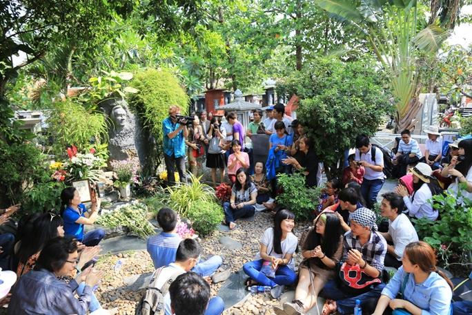 Rất nhiều bạn trẻ về mộ Trịnh trong sáng nay