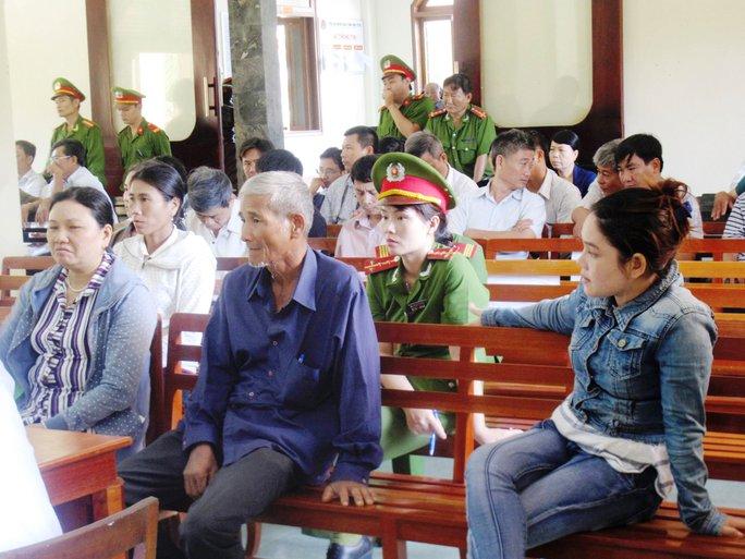 Gia đình nạn nhân đang lắng nghe lời khai của Nguyễn Hồ Chu Toàn về việc thấy Mẫn, Quyền đánh Kiều