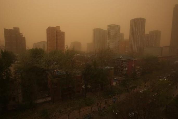 Cả khu vực Nội Mông mù mịt trong cát và bụi. Ảnh: UPI