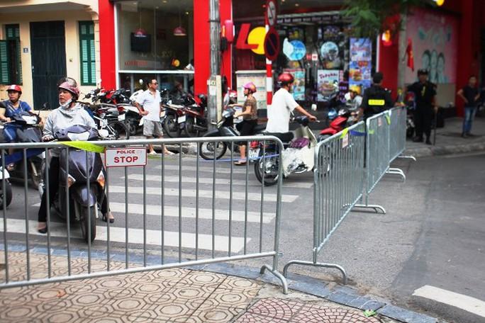 Đúng 17 giờ, các barie bắt đầu chặn đường cấm các xe lưu thông trên 40 tuyến phố để tiến hành tổng duyệt Lễ diễu binh, diễu hành mừng Quốc khánh 2-9