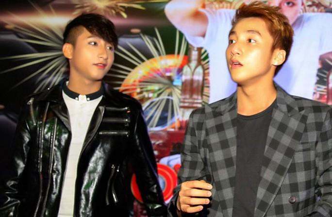 """Sơn Tùng M-TP (phải) ngỡ ngàng khi gặp mặt """"bản sao"""" của mình  Nguồn ảnh: INTERNET"""