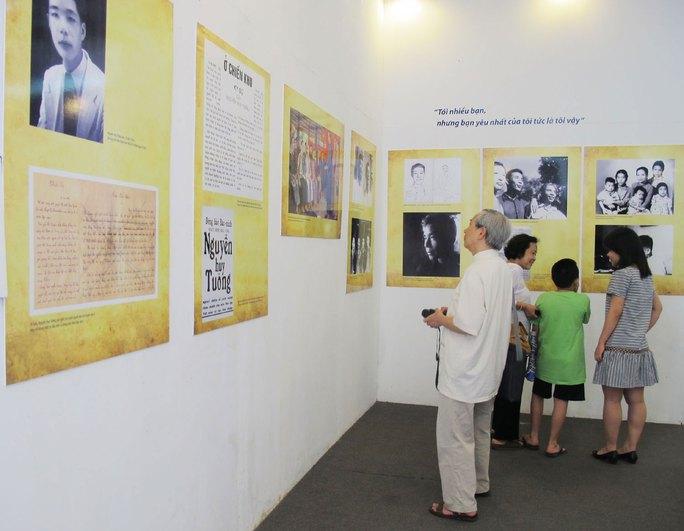 Công chúng đến xem triển lãm trong ngày khai mạc