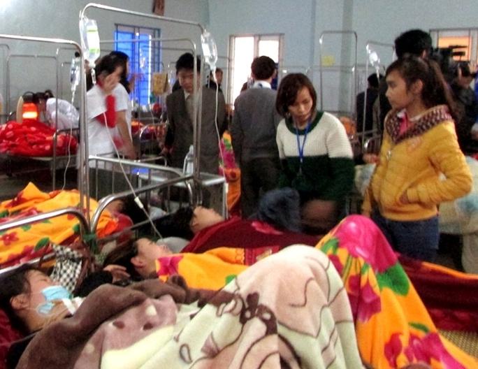 Các công nhân bị ngộ độc nhập viện cấp cứu ngày 8-1.
