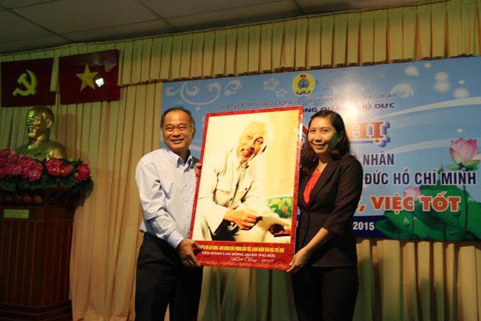 Ông Vương Phước Thiện, Trưởng Ban Tuyên giáo LĐLĐ TP  HCM, tặng quà lưu niệm cho các điển hình học Bác