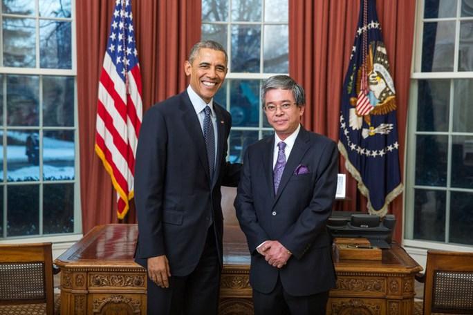 Đại sứ Việt Nam tại Mỹ Phạm Quang Vinh (phải) trong Lễ trình Quốc thư lên Tổng thống Mỹ Barack Obama tại Nhà Trắng ngày 23-2. Ảnh: Bộ Ngoại giao Việt Nam