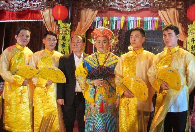 Nhiều bạn bè đã gắn bó với NSƯT Xuân Hinh trong việc thực hiện chương trình hát văn hầu đồng Thánh Mẫu
