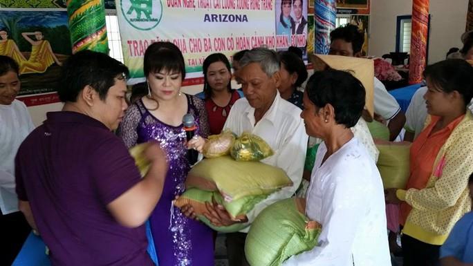 Nghệ sĩ Kim Phụng trao tặng gạo và quần áo cho người nghèo tại xã Tân Mỹ, huyện Trà Ôn, tỉnh Vĩnh Long nhân mùa Phật đản