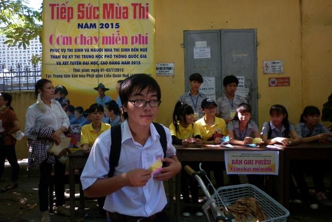 Thí sinh đến nhận phiếu để được phục vụ cơm chay miễn phí