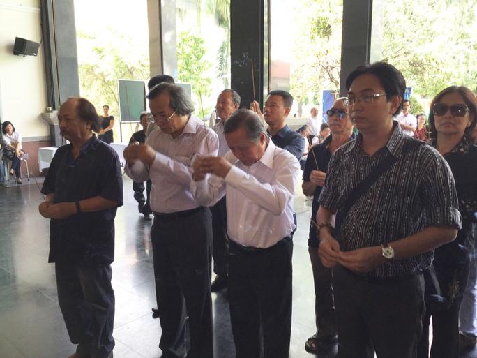 Nhạc sĩ Phan Hồng Sơn - Trưởng Ban Ca nhạc Đài Truyền hình TPHCM và các nhạc sĩ Hội âm nhạc TPHCM, trong đó có nhạc sĩ Trần Long Ẩn, Thế Bảo....đến viếng nhạc sĩ Phan Huỳnh Điểu