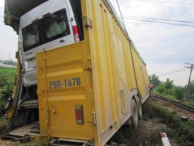 Thùng rơ - moóc bị xé toạc sau cú va chạm với tàu hỏa