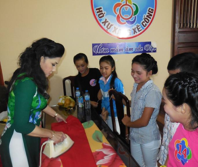 Nghệ sĩ Phượng Loan chuẩn bị trang phục cho các em thiếu nhi cuộc thi Hò xự xang xê cống