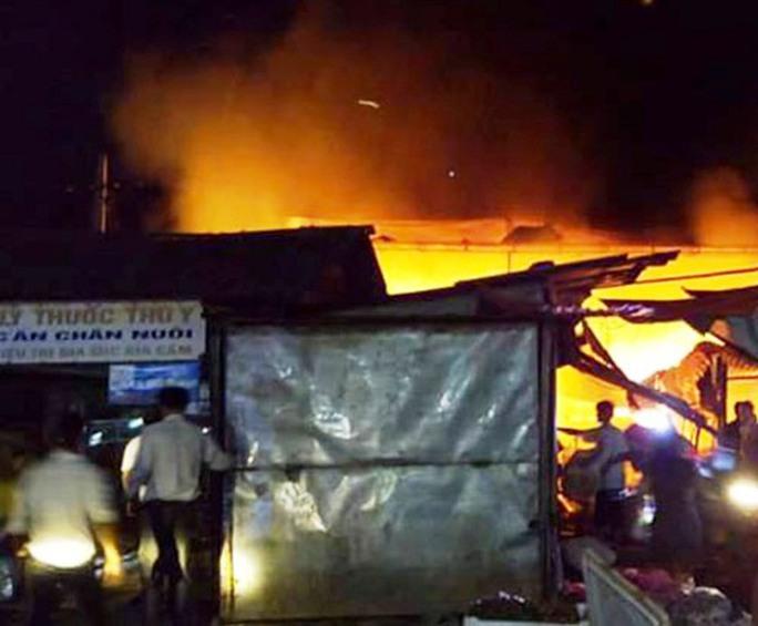 Chỉ trong 30 phút, ngọn lửa đã bao trùm cả đình chợ