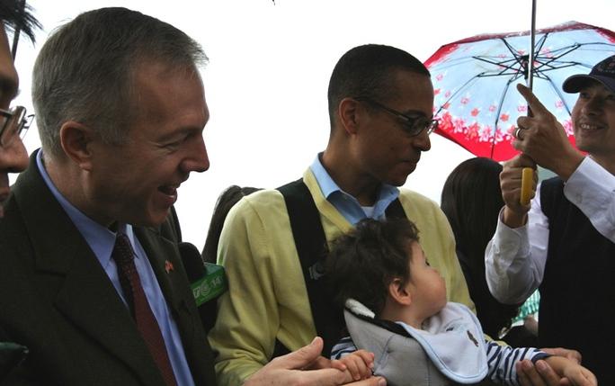 Gia đình Đại sứ Mỹ thả cá chép ở Hồ Tây