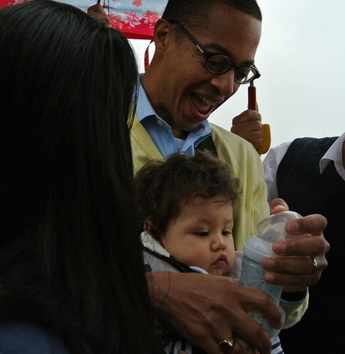 Trong khi đó, bạn đời của Đại sứ, ông  Clayton Bond, cho con trai uống sữa