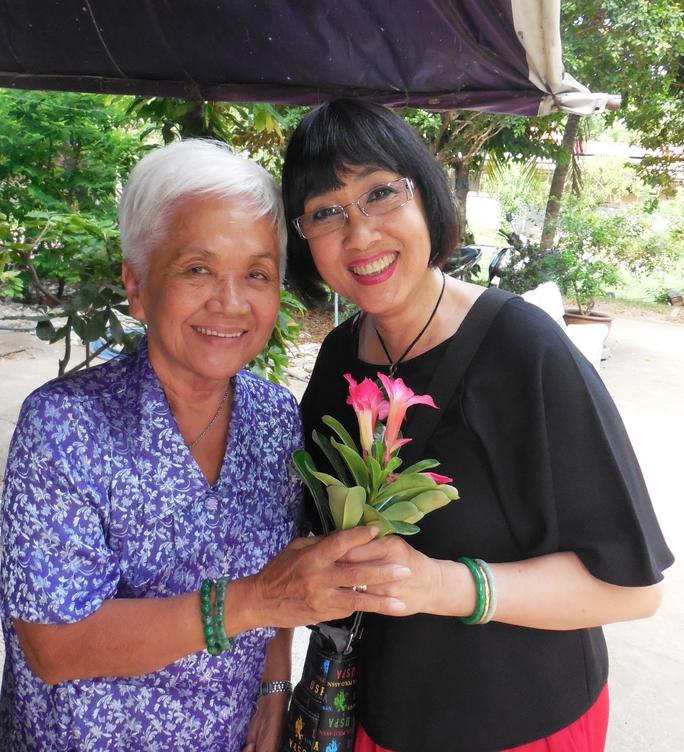 Hà Mỹ Xuân và nghệ sĩ Mộng Lành tại Khu dưỡng lão nghệ sĩ TPHCM