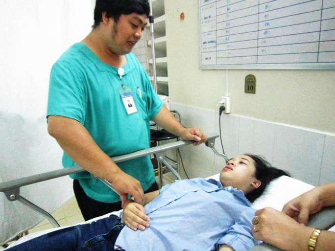 Bác sĩ thăm khám cho thí sinh Khánh Huyền tại bệnh viện