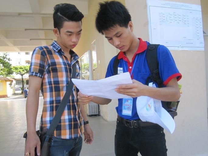 Các tình nguyện viên hướng dẫn thí sinh đến phòng thi