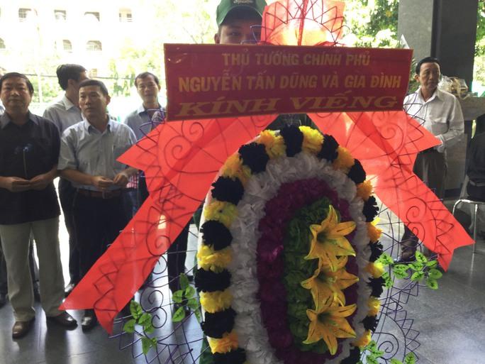 Văn Phòng chính phủ chuyển vòng hoa của Thủ tướng Nguyễn Tấn Dũng đến viếng tang lễ