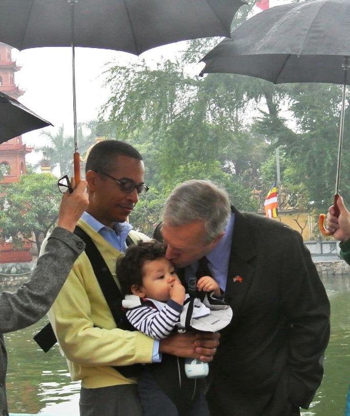 Nụ hôn của Đại sứ với con trai