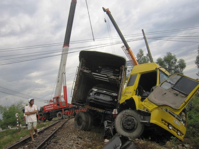 Chiếc xe đầu kéo bị húc văng sang một bên đường sắt