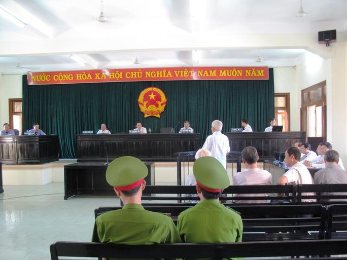 Ngày xét xử thứ 3 phiên tòa sơ thẩm vụ Cảng Vũng Rô... ném tiền qua cửa sổ