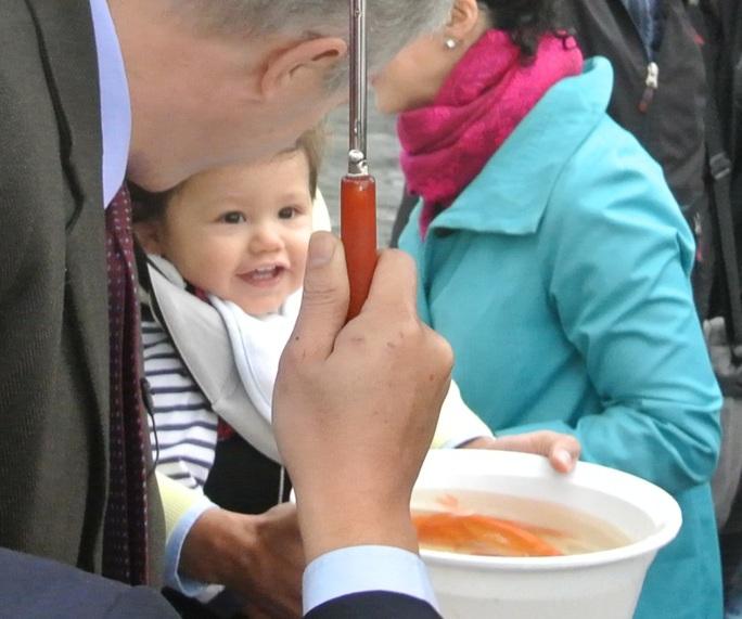 Con trai của Đại sứ cũng rất hào hứng tham gia sự kiện này