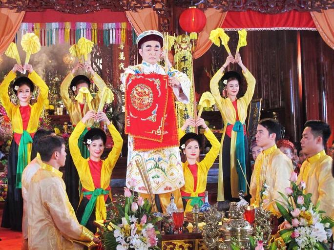 Nhiều diễn viên trẻ đã tham gia hát văn hầu đồng Thánh Mẫu với NSUT Xuân Hinh