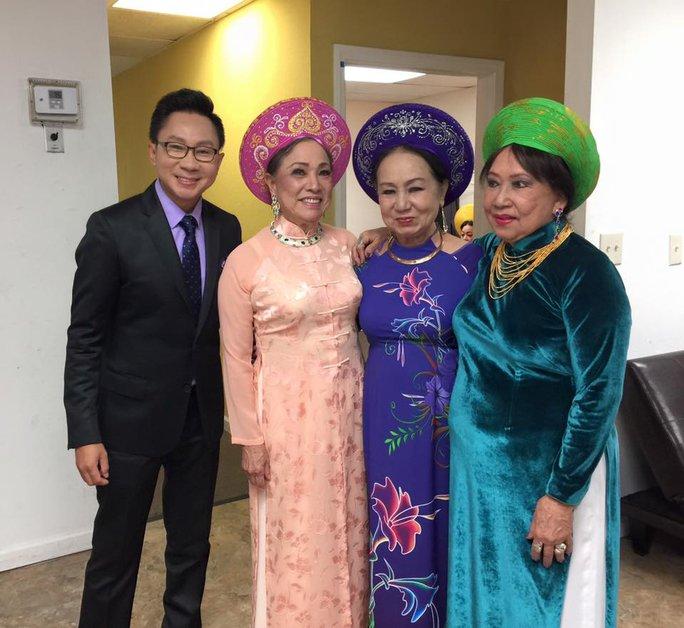 Ca sĩ Hồng Vân hội ngộ cùng hai thành viên còn lại của tam ca Đông Phương và nghệ sĩ Thanh Tùng