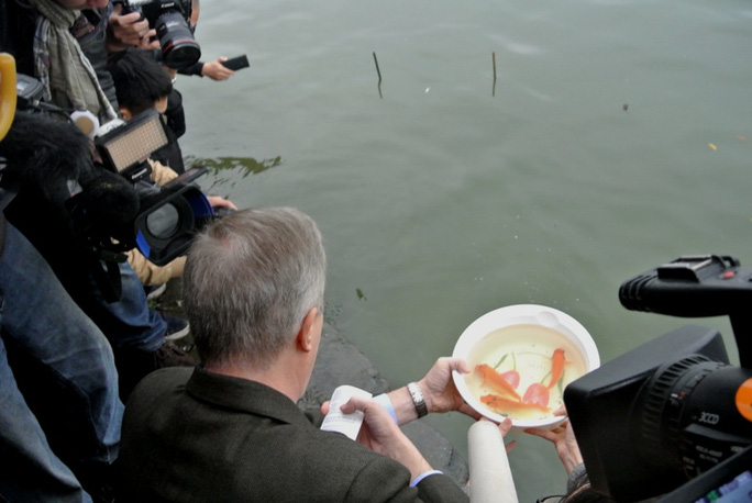 Gia đình Đại sứ cùng thả cá chép