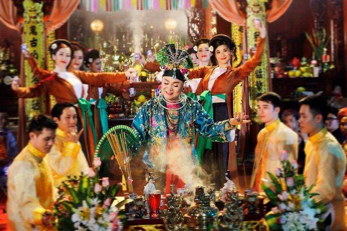 Nghệ thuật hát văn hầu đồng Thánh mẫu đang được NSƯT Xuân Hinh góp phần bảo lưu