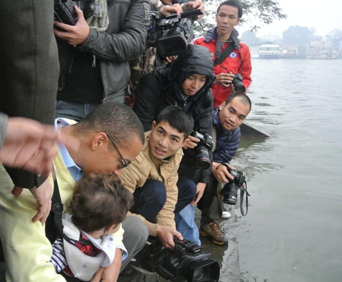 Cháu bé cũng được xuống sát mặt nước để thả cá