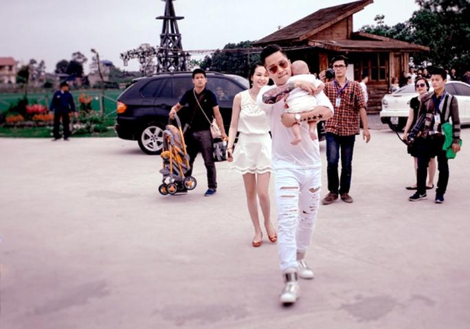Vợ chồng Tuấn Hưng đưa con nhỏ tham gia sự kiện