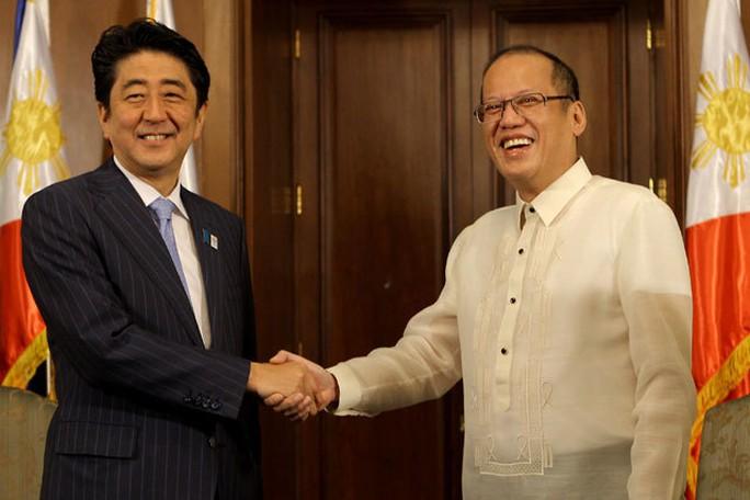 Tổng thống Philippines Benigno Aquino III (phải) dự kiến sẽ có cuộc gặp với Thủ tướng Nhật Bản Shinzo Abe (trái) vào tháng 6. Ảnh: Rappler