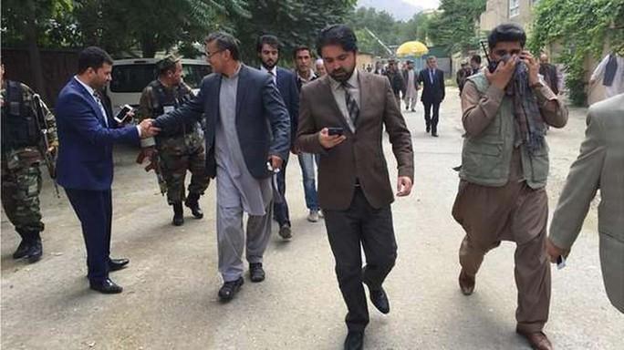 Các nghị sĩ Afghanistan tháo chạy. Ảnh: BBC