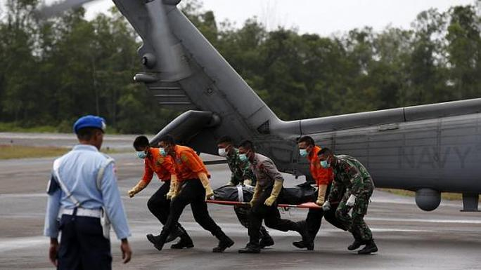 Một thi thể được trực thăng của hải quân Mỹ đưa từ tàu USS Sampson về  Pangkalan Bun - Indonesia. Ảnh: REUTERS
