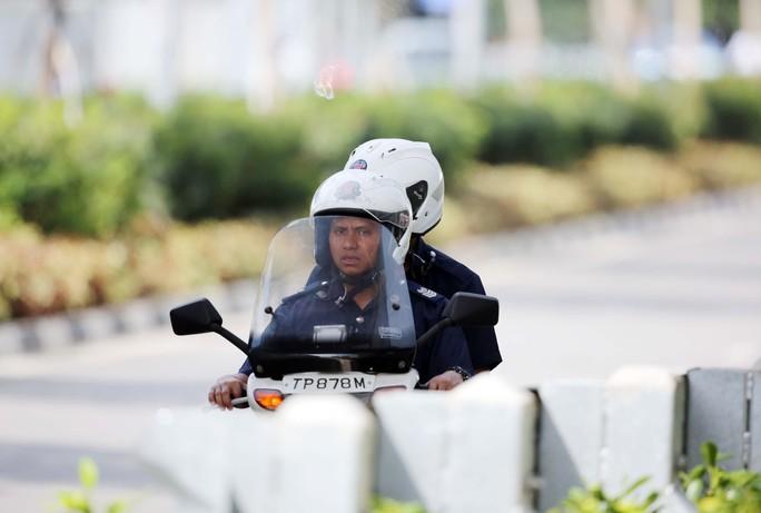 Xe mô tô dành cho cảnh sát cơ động tuần tra ráo riết quanh sân