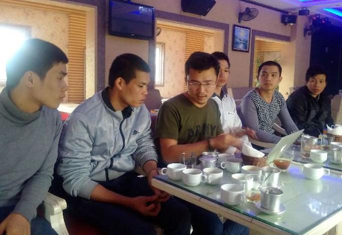Các bị cáo trao đổi với PV Báo Người Lao Động