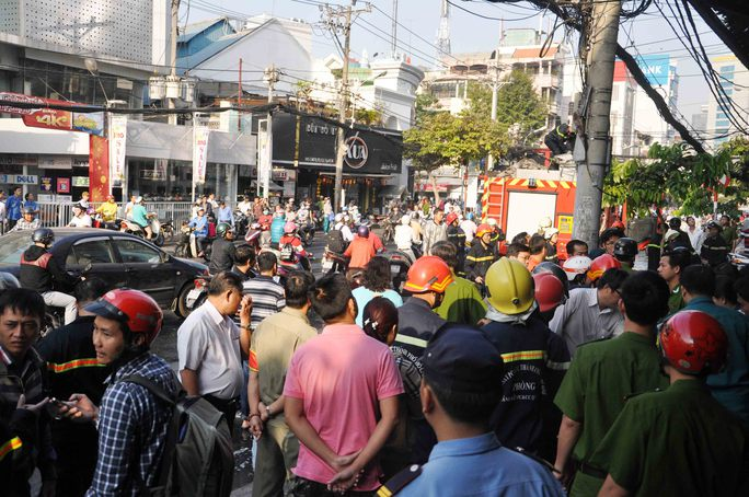 Người dân hiếu kỳ vây quanh xem chữa cháy