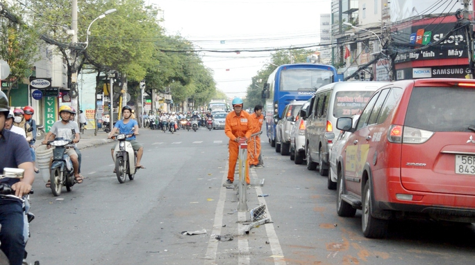 Chiếc xe container bất ngờ nổ lốp dẫn đến mất lái đâm gãy hàng chục mét dải phân cách trên đường Trường Chinh.