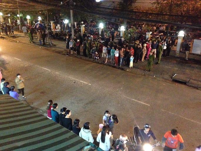 Hàng trăm người chờ đón ông Nguyễn Bá Thanh