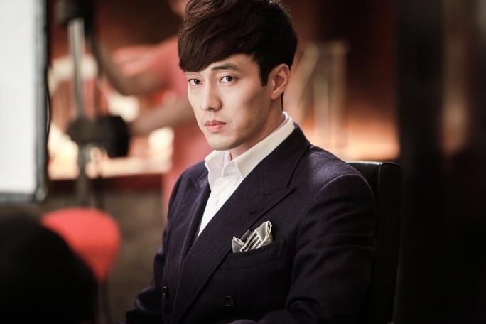 Trong phim, So Ji Sub vào vai một tay giám đốc trẻ tuổi giàu có – Joo Joong Won, không những keo kiệt mà còn tham lam, mặc định tiền là thước đo cho các mối quan hệ.