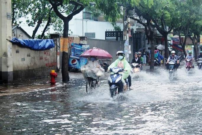 """Cơn mưa lớn kéo dài khoảng 30 phút bất ngờ đổ xuống nhiều khu vực tại TP HCM đã giải tỏa phần nào sự nóng bức, ngột ngạt giữa cái nắng như """"đổ lửa"""""""
